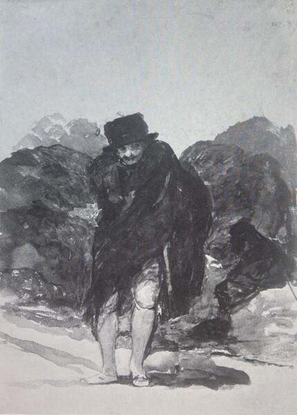 Hombre envuelto en su capa ocultando un fusil